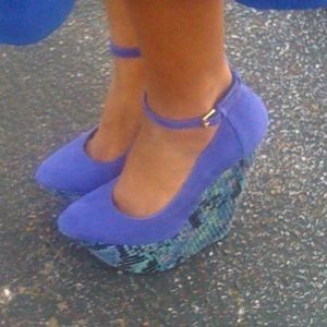 Blue wedges with snakeskin details